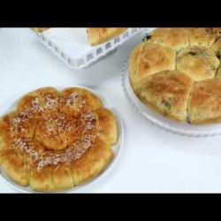 خبز بالزيتون الأسود والثوم / خبز بالجبن والفلفل الأحمر